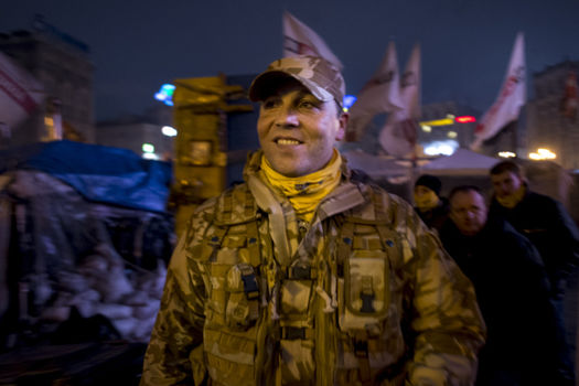 Andriy Parubiy se dirige a la rencontre des combattantes de Maidan qui l attendent de l autre cote des barricades, a l entree situee derriere la place de Maidan
