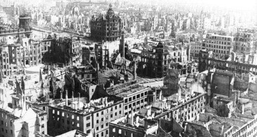 Blick vom Turm der Kreuzkirche auf die durch die Luftangriffe zerstörte Innenstadt Dresdens